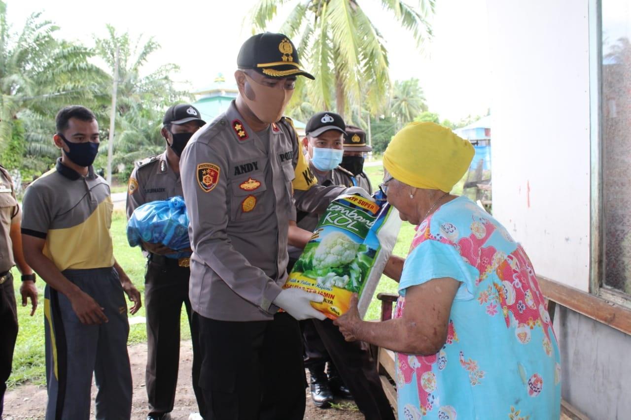 Polisi MM Berikan bantuan Masyarakat Terdampak Covid-19