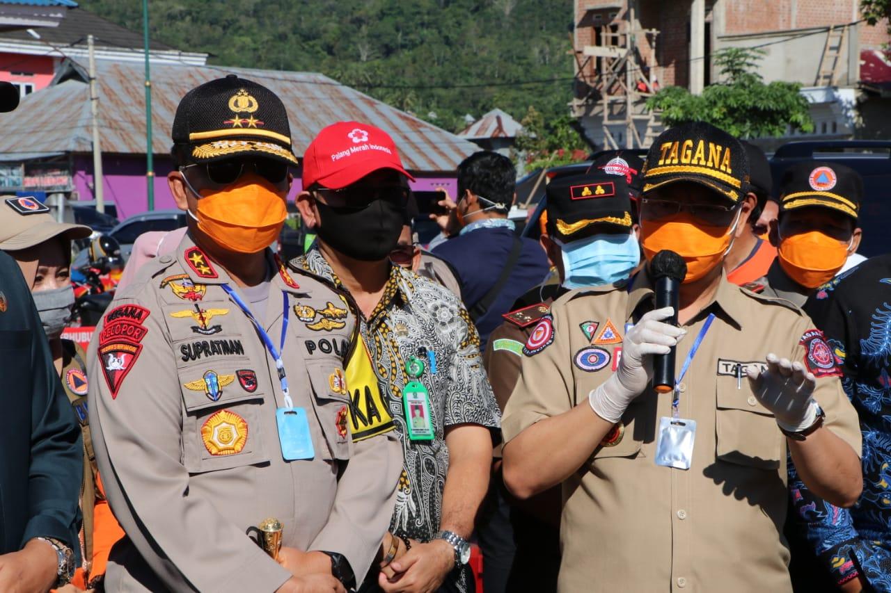 Kapolda Bengkulu Dampingi Gubernur Bagikan Sembako Ke Masyarakat Lebong Imbas Covid-19