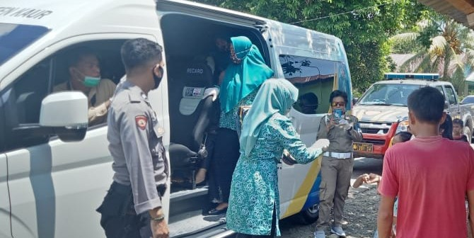 Amankan Kegiatan Pembagian Masker, Anggota Polsek Kaur Utara Sampaikan Himbauan Pemerintah Terkait Covid-19