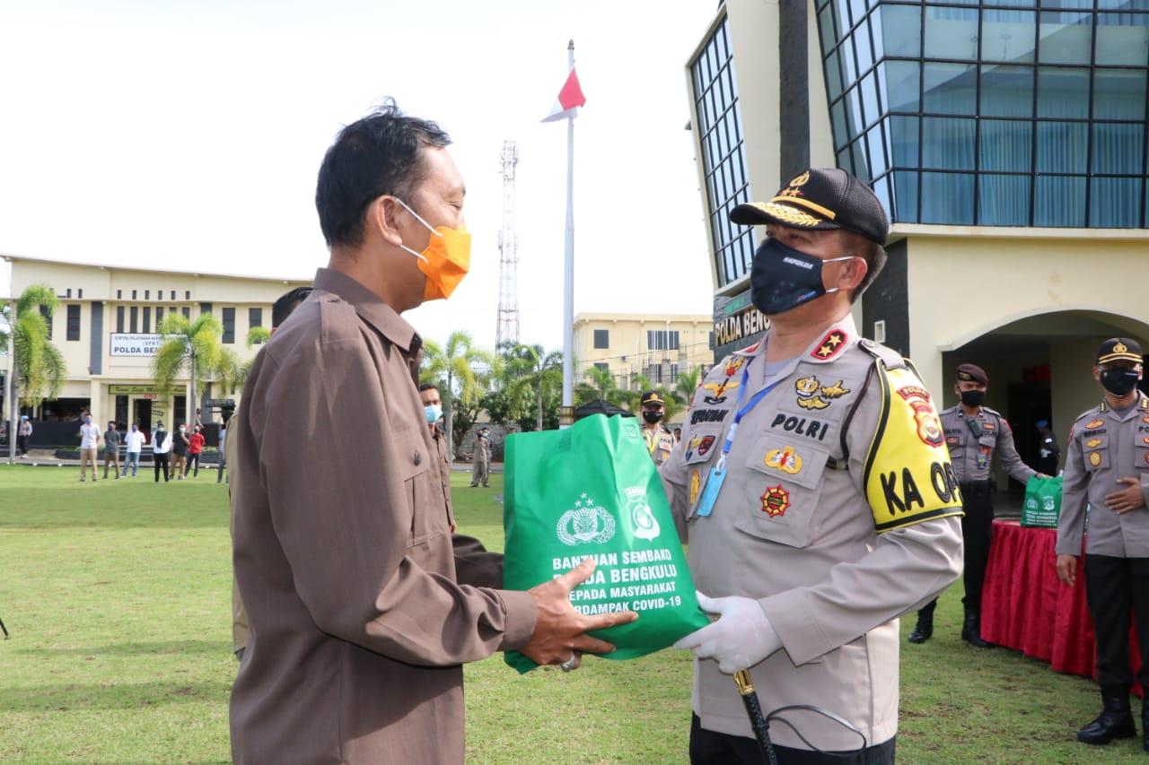 Pandemi Covid-19, Polda Bengkulu Salurkan 500 Paket Bahan Pokok Kepada Serikat Pekerja