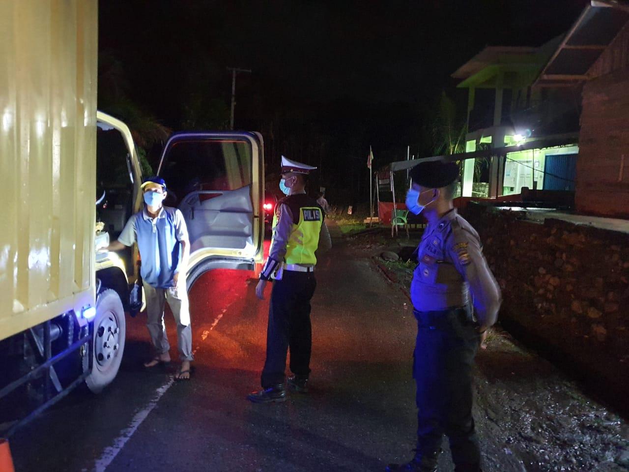 Personil Gabungan Pospam Perbatasan Sumsel-Bengkulu di Desa Air Tenam Periksa Setiap Kendaraan Masuk