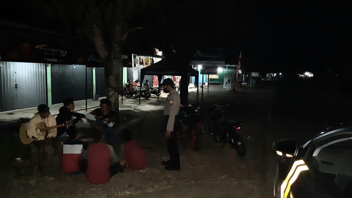 Polsek Padang Jaya Bubarkan Kerumunan Masyarakat Cegah Covid-19, Kabid Humas: Mohon Kerjasama Masyarakat