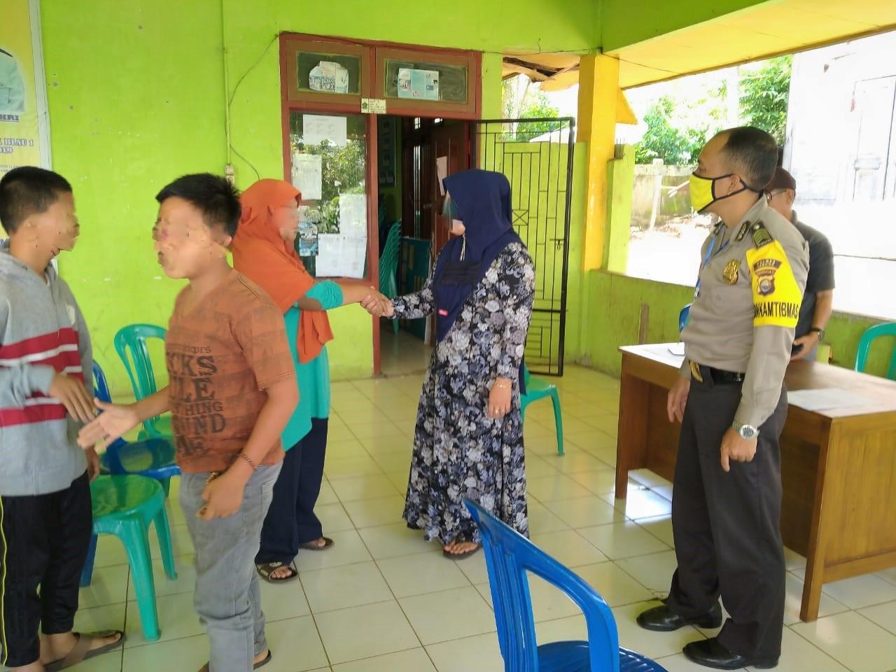 Problem Solving, Bripka Suwandi Bersama Kepala Desa Damaikan Warga Bertikai