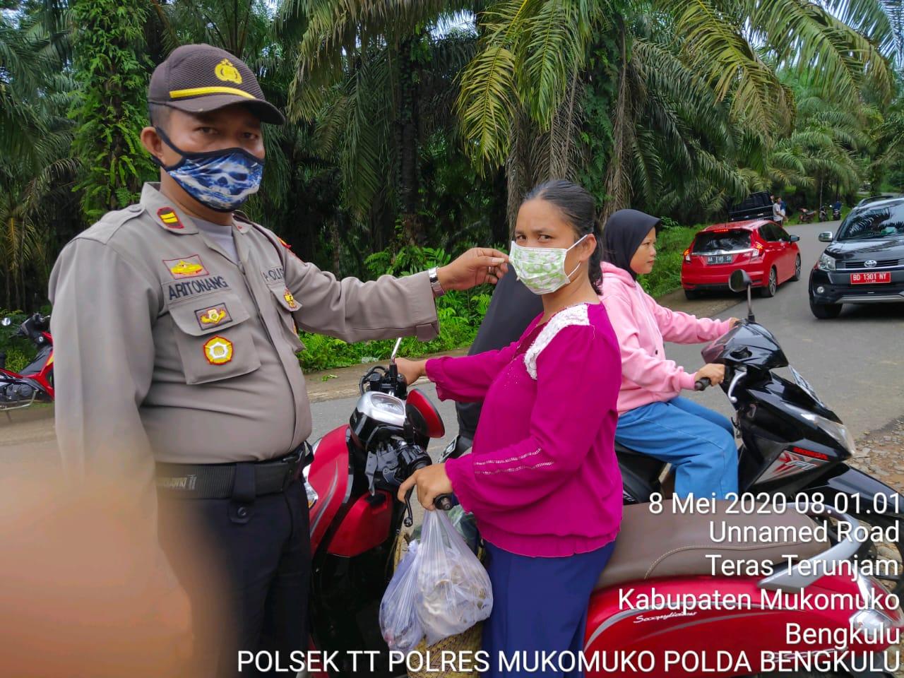 Bagikan Masker Gratis, Polsek Teras Terunjam Himbau Masyarakat Patuhi Maklumat Kapolri