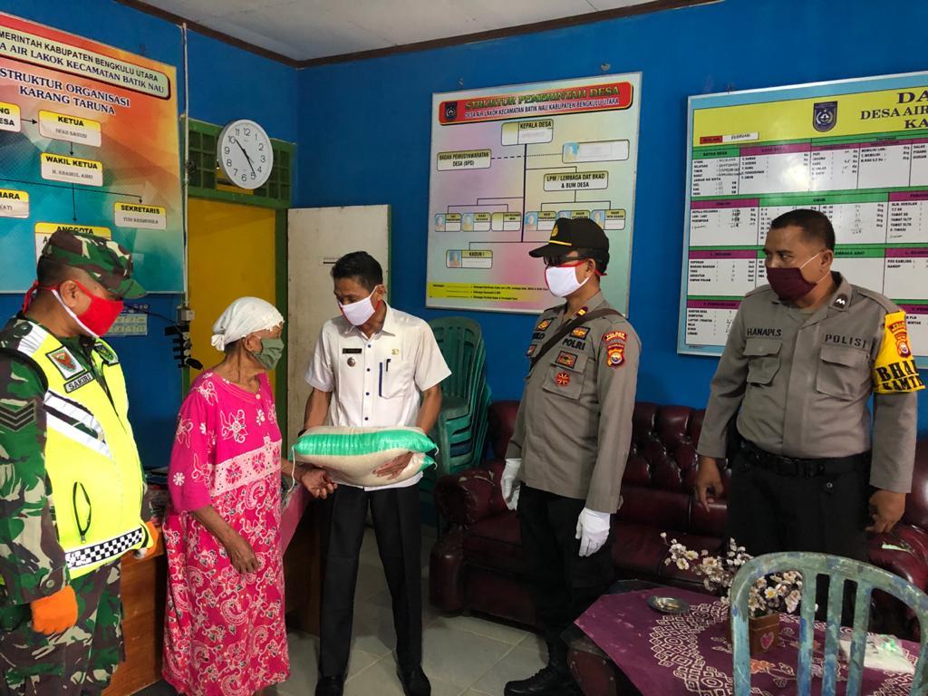 Bersama Camat dan Babinsa, Kapolsek Batik Nau Salurkan Bantuan Beras Polri