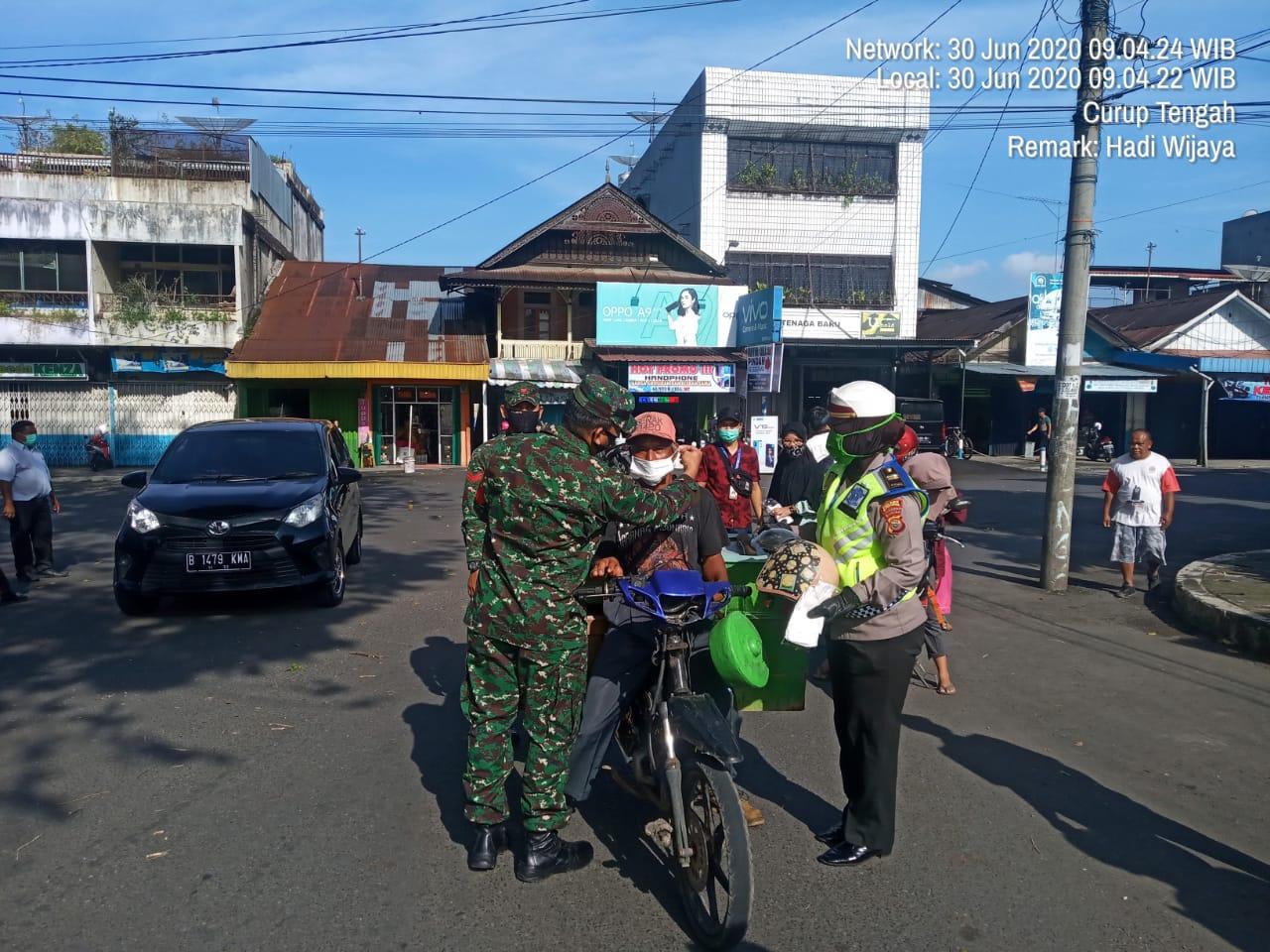 Sosialisasi New Normal, TNI/POLRI dan Dinas Kesehatan Rejang Lebong Bagikan Masker