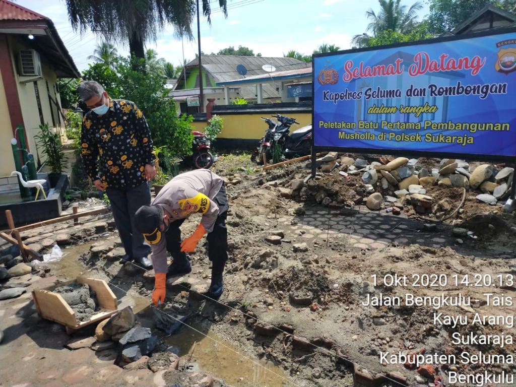 Tingkatkan Keimanan  Masyarakat dan Anggota, Kapolres Seluma Letak Batu Pertama Pembangunan Mushola Polsek Sukaraja