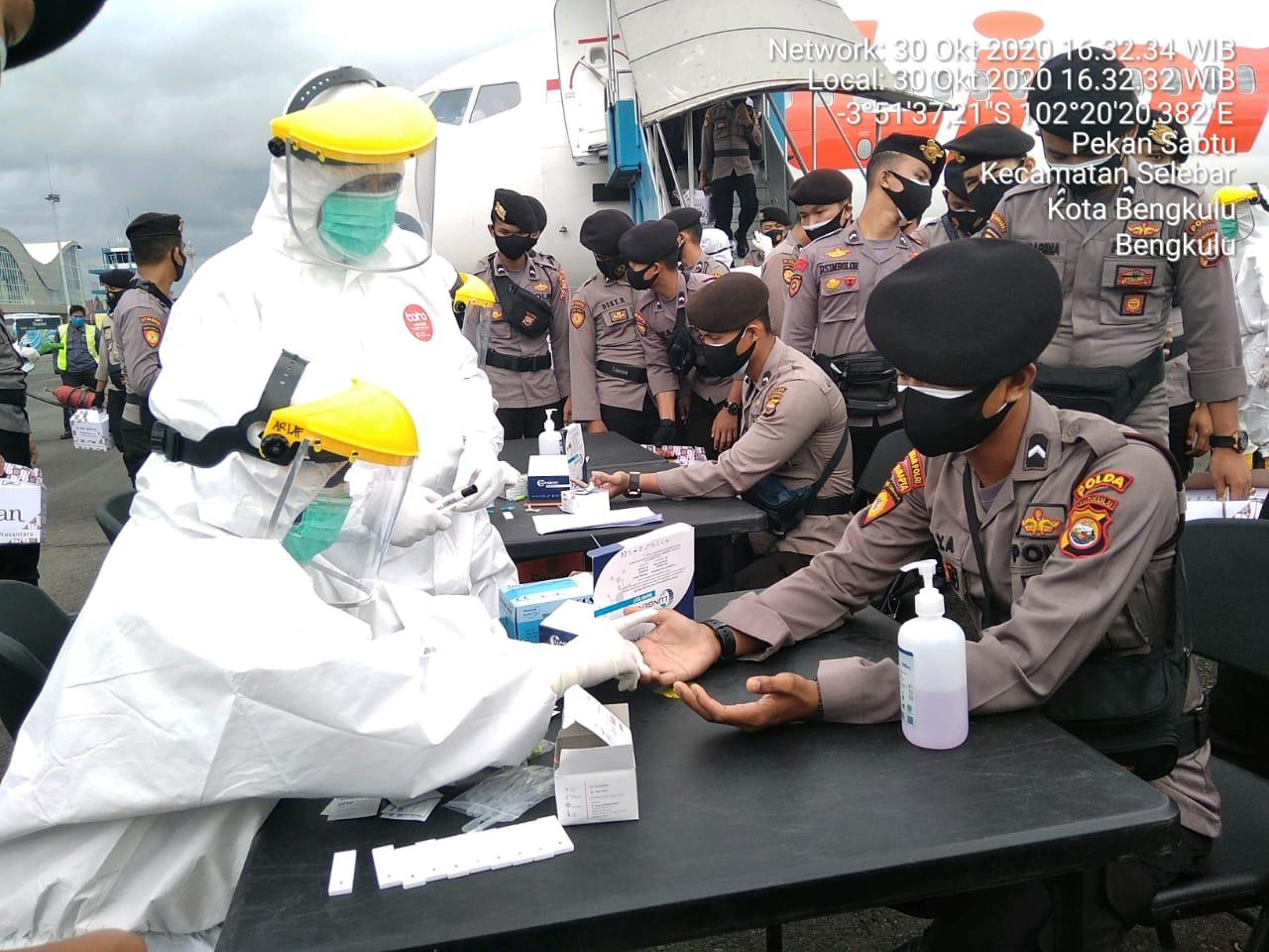 Cegah Penyebaran Covid 19 di Bengkulu, Personel Sabhara Pasca BKO Polda Metro Jaya di Rapid Tes
