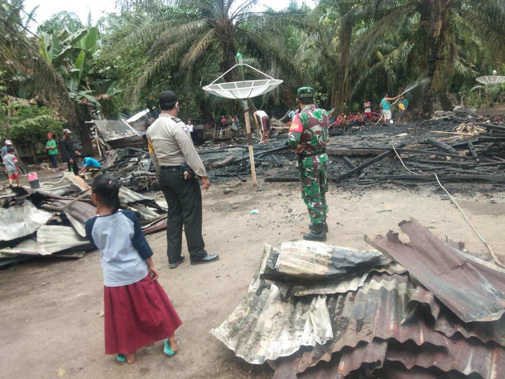 Kebakaran Rumah Warga Binaanya, Bhabinkamtibmas, Bhabinsa dan Warga Desa XIV Gotong Royong Padamkan Api