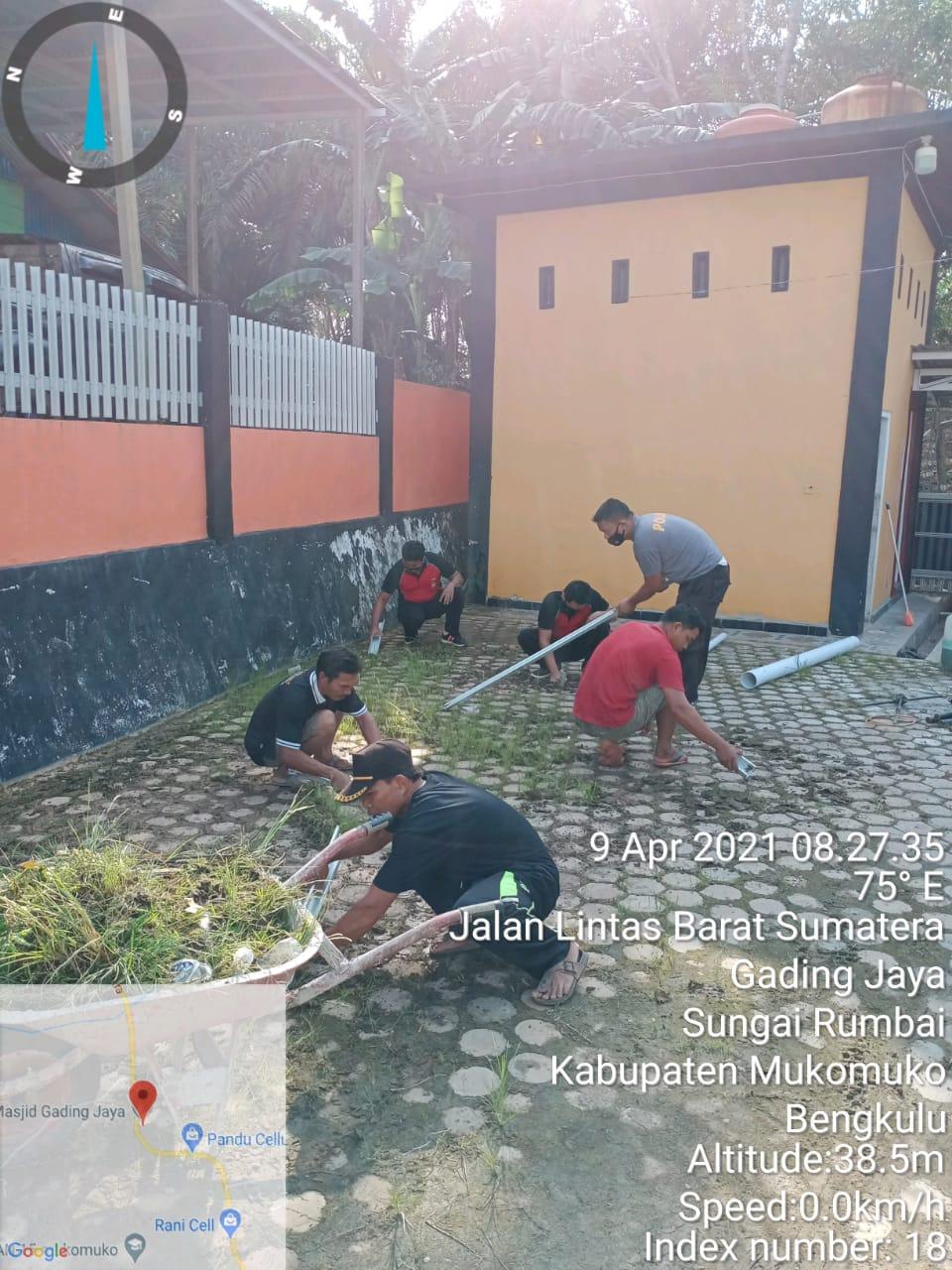 Bangun Kebersamaan, Polsek Sungai Rumbai Gotong Royong Bersama Warga