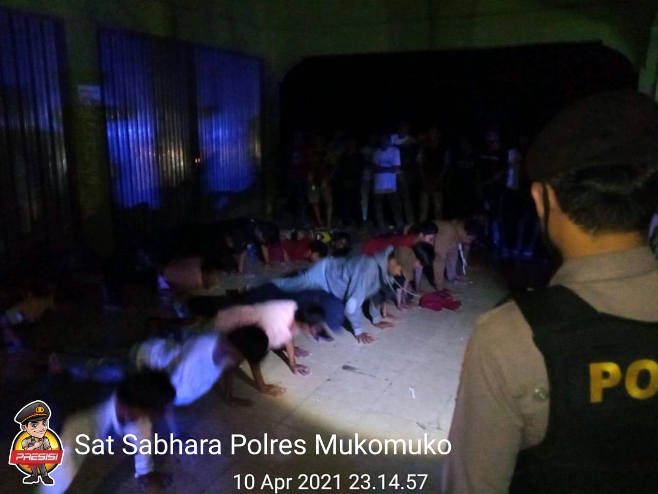 Langgar Prokes dan Minum Tuak, Polres Mukomuko Tegur Kumpulan Pemuda