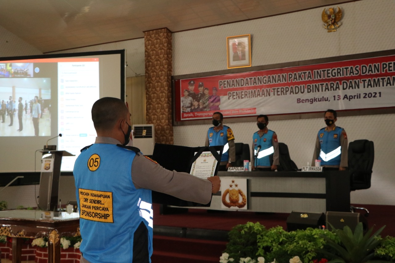 Kapolda Bengkulu Pimpin Pengambilan Sumpah dan Penandatanganan Pakta Integritas Penerimaan Bintara dan Tamtama Polri T.A 2021