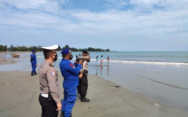 Imbau Prokes dan Larangan Berenang, Polairud Siaga Pantau Aktivitas Warga di Pantai Zakat
