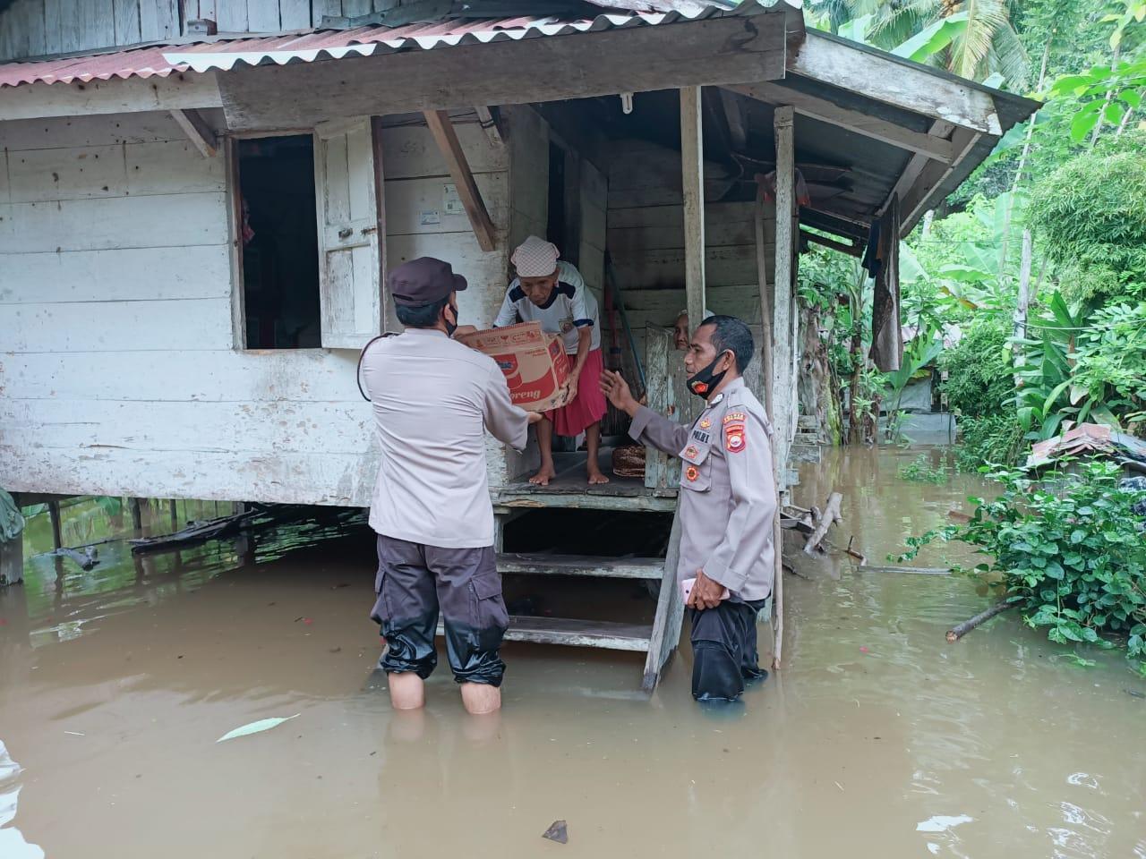 Bantu Warga Terdampak Banjir, Polres Mukomuko Bagikan Bahan Pokok