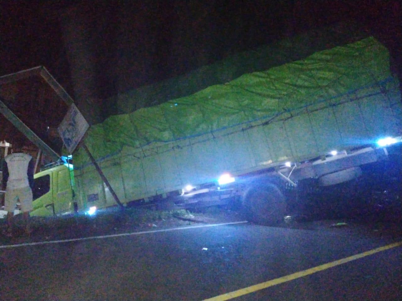 Terlibat Laka dengan Calya, Truck Hino Lalu Tabrak Rumah Warga di Ujan Mas