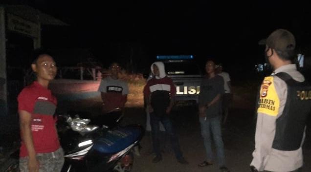 Polisi Bubarkan Pemuda Nongkrong Tanpa Prokes