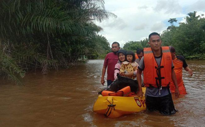 Polres Mukomuko Evakuasi Warga Terjebak Banjir