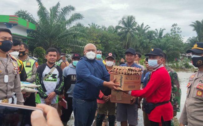Tinjau Lokasi Banjir, Kapolres Mukomuko Bagikan Bantuan