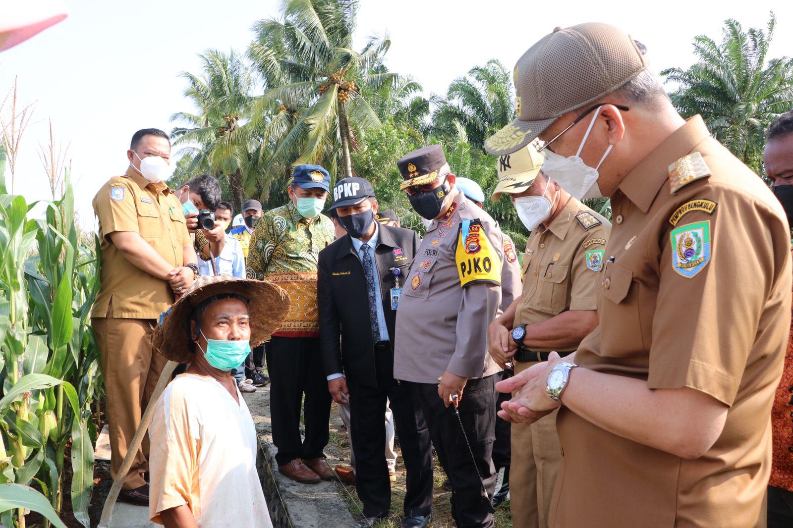 Percepatan PEN, Kapolda Bengkulu Bersama Gubernur Bengkulu Tinjau Padat Karya pembangunan jaringan irigrasi Seluma