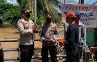 Kunjungi Lokasi Banjir, Wakapolres Bengkulu Bagikan Bantuan