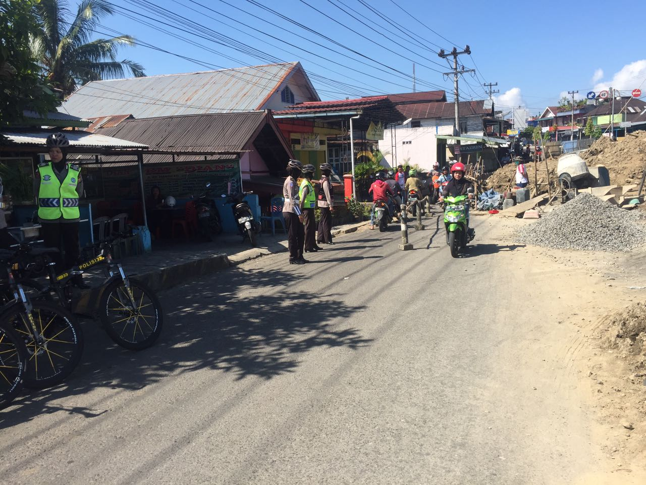 Jalan Dalam Perbaikan, Polwan Bersepeda Berikan Pengaturan