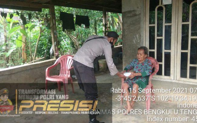 Peduli Masyarakat, Polres Bengkulu Tengah Bagikan Nasi Kotak Gratis