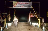 Cegah Pengunjung Terseret Ombak, Kapolres Bengkulu Pasang Tanda Larangan Mandi Di Pantai