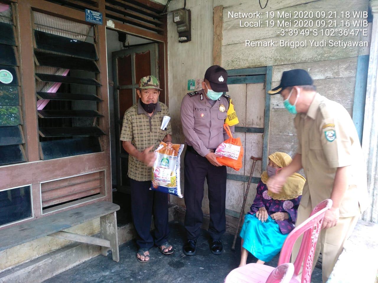 Polsek Tebat Karai Bagikan Bantuan Sembako Ke Masyarakat Kurang Mampu