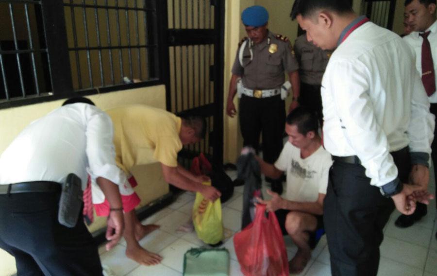 Antisipasi Tahanan Kabur,Anggota Periksa Ruang Sel Polres Seluma