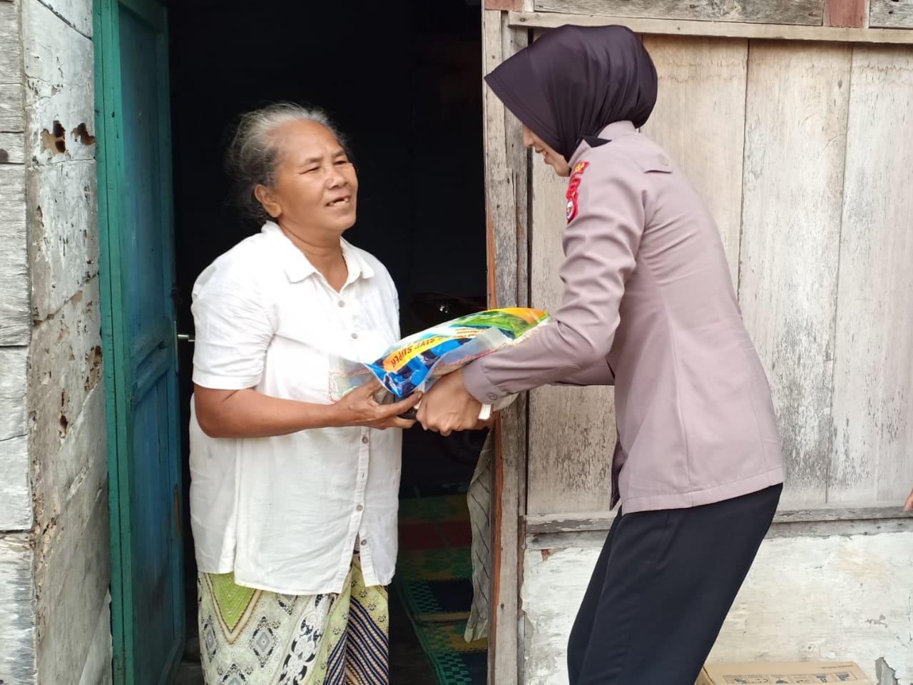 Jumat Berbagi, Polwan Polres Bengkulu Santuni Warga Kampung Bahari