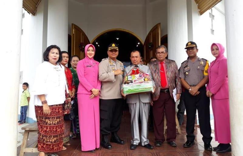 Ketua Bhayangkari Polres BU Bagikan Bingkisan Ke Gereja