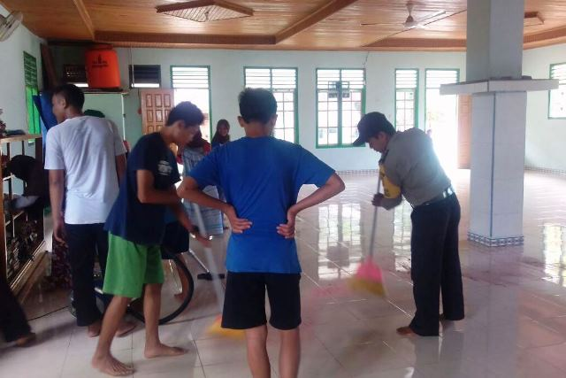 Bersama RISMA, Bhabinkamtibmas Ini Wujudkan Masjid Yang Bersih