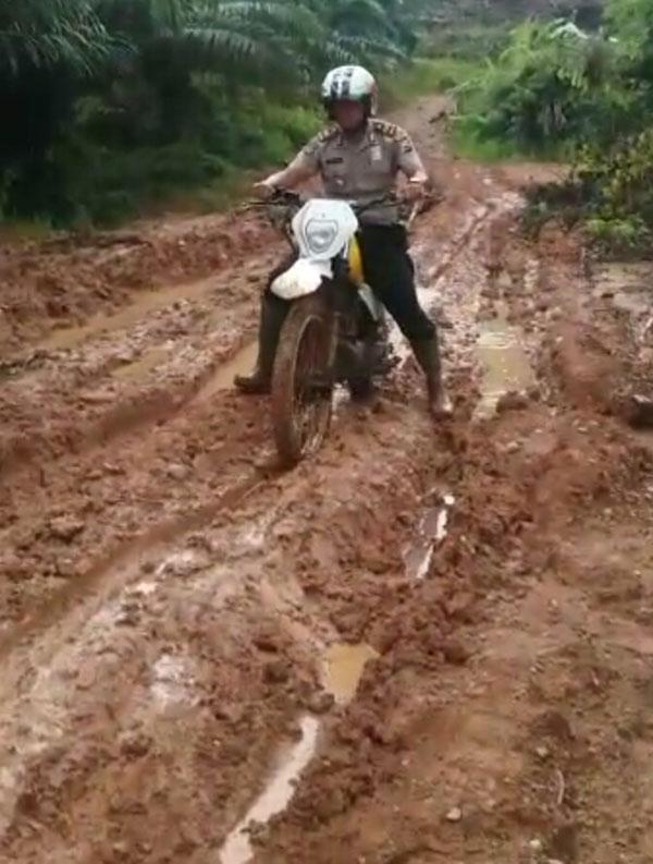 Sambangi Desa Suban,Kapolsek Semidang Alas Sampai Goyang Inul
