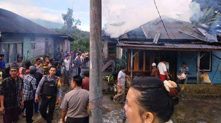 Kebakaran, Polisi Bersama Warga Padamkan Api