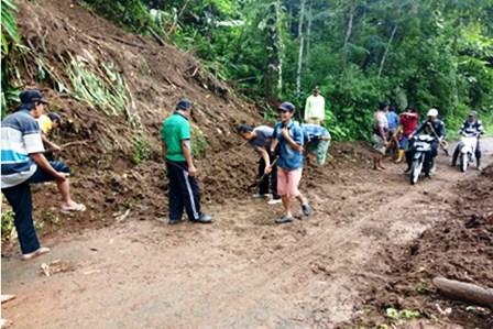 Bhabinkamtibmas Gotong Royong dengan Warga Bersihkan Longsor