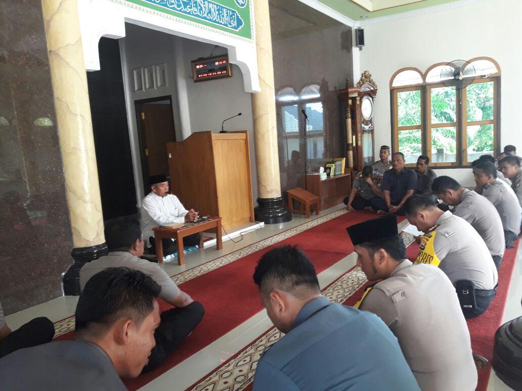 Personel Polres Kaur menerima bimbingan rohani mental dari ketua MUI Kab. Kaur
