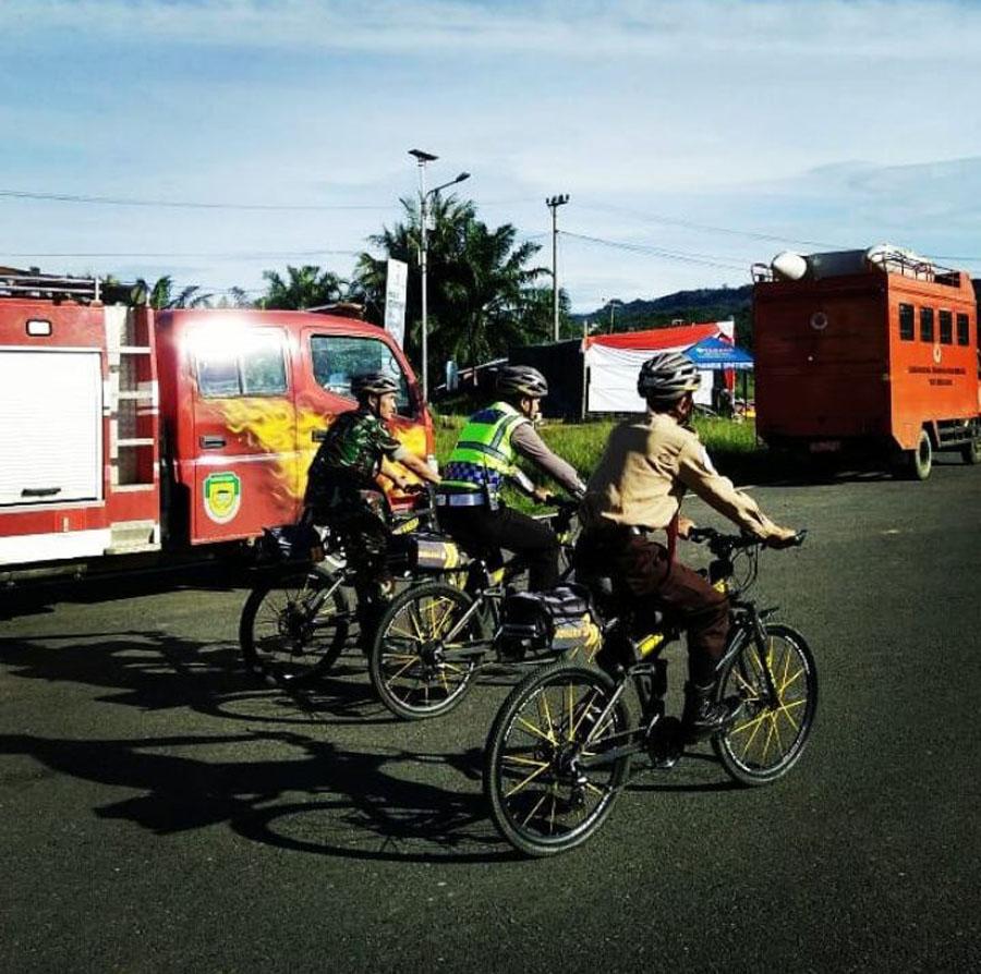 Patroli Jarak Dekat,Petugas Pospam Kayuh Sepeda masuki Pemukiman Warga