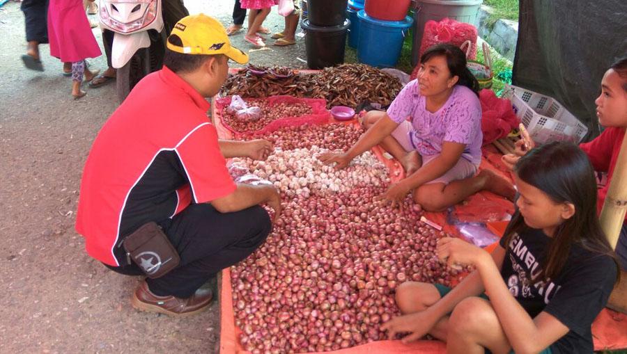 Pantau Harga Sembako,Kanit Tipidter Datangi Pasar Tradisional