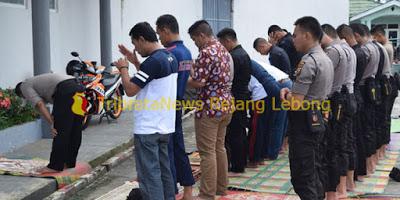 Di Sela Pengamanan Kapolres Pimpin Sholat Jamaah