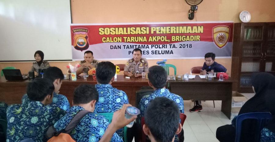 Temui Siswa SMK,Kabag Sumda Sosialisasikan Penerimaan Anggota Polri Tahun 2018