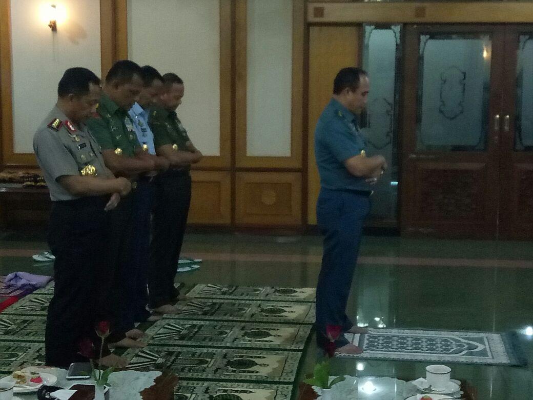 Kapolri Sholat Berjamaah Dengan Panglima dan Jenderal TNI