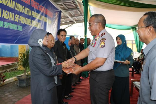 Kapolda Serahkan TNKB Mobnas Ketua Pengadilan Agama