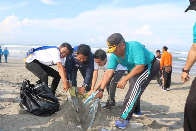 Haornas, Polda Olahraga dan Pungut Sampah Di Pantai Panjang
